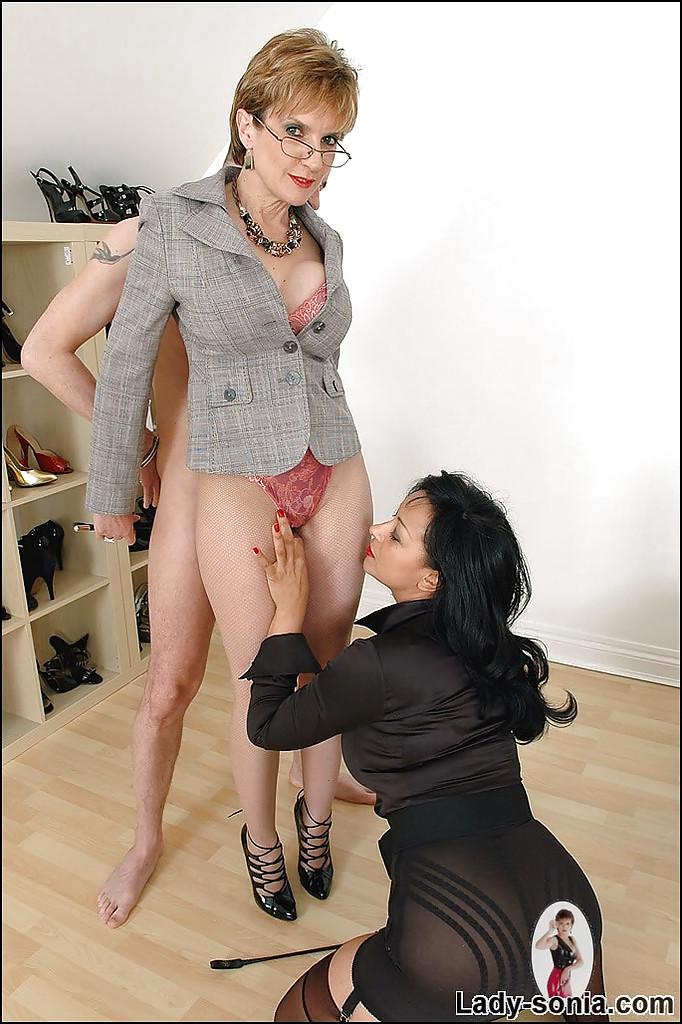 Взрослые проститутки онанируют член своего друга, не снимая одежды