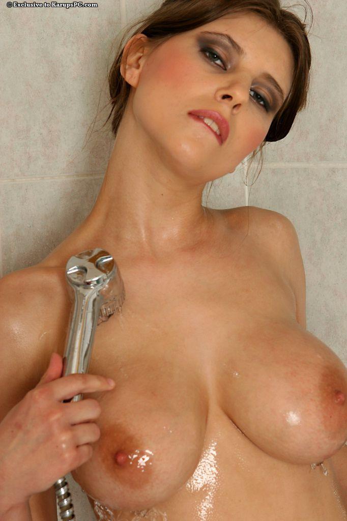 Восхитительная возбуждающая фото галерея от грудастой Simi, принимающей душ