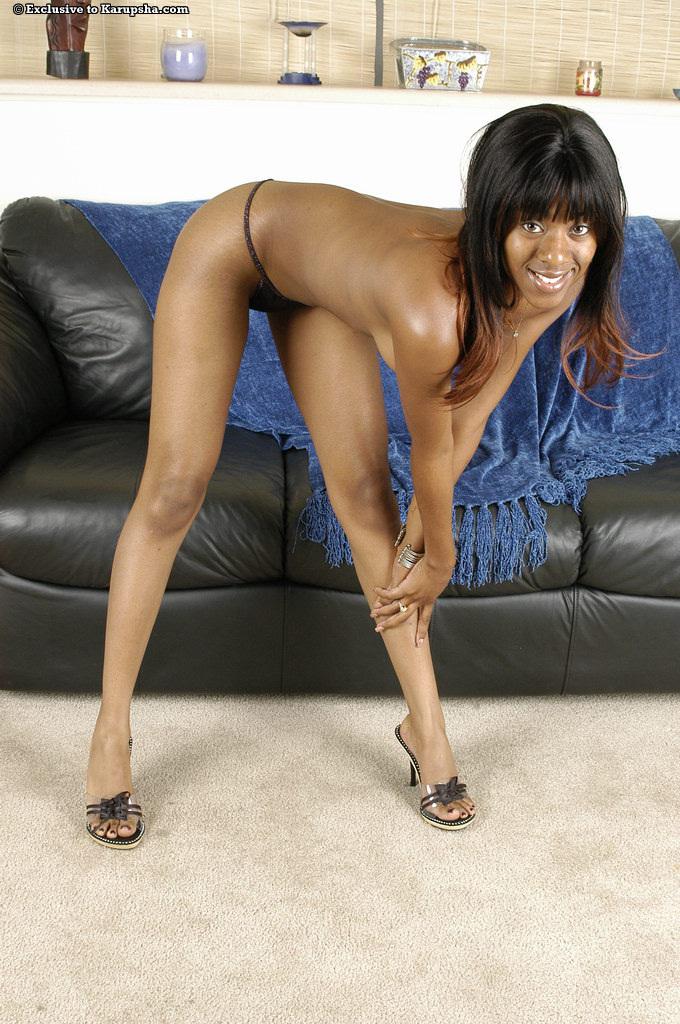 Черная кукла Tori Lain с сексапильными сиськами и лысой вульвой стаскивает свои облегающие джинсы и крошечные трусы