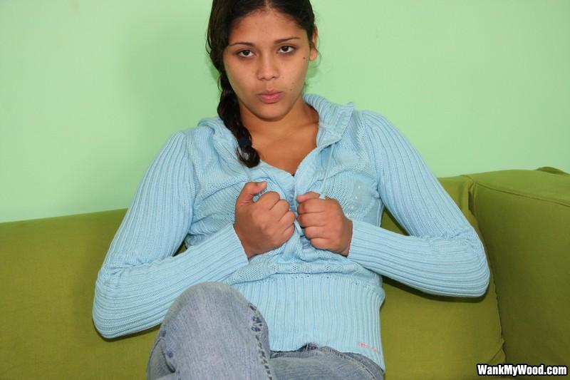 Гибкая латинская девушка с маленькими сосочками Gina Lopez стаскивает свои джинсы и тонги чтобы показать свою дырку