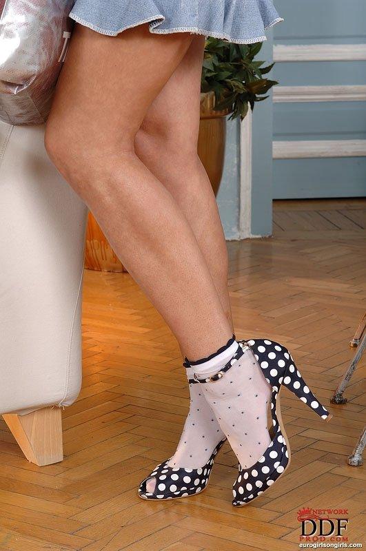 К Эбби Кэт пришла в гости девушка и они организовали лесбийские игры с использованием чулок