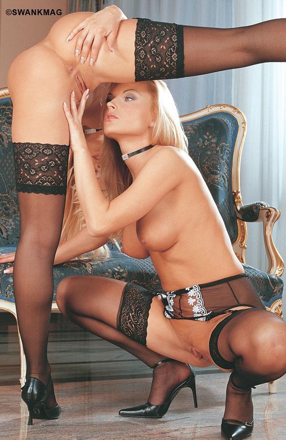 2е роскошные блондинки в сексуальном белье Stella Hot и Amanda наслаждаются лесбийским интимом