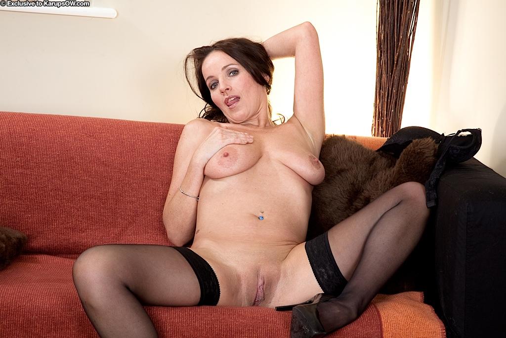 Элегантная мамаша Marlyn Lindsay в чёрном нижнем белье показывает выразительные сисяндры  выбритую пизду