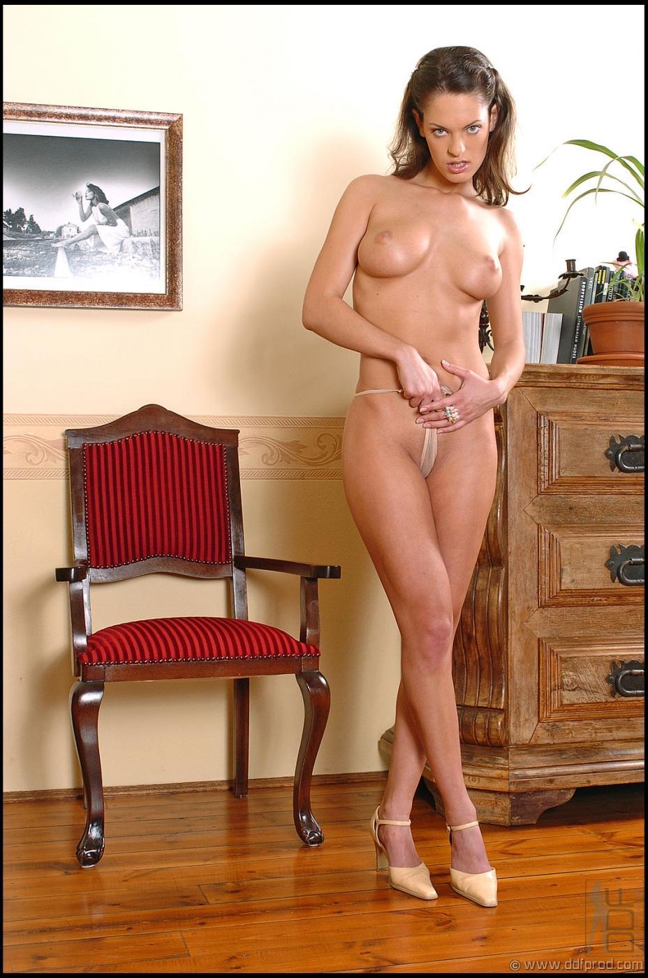 Невероятная модель с темными волосами Olivia York спускает нижнее белье и бежевые трусики