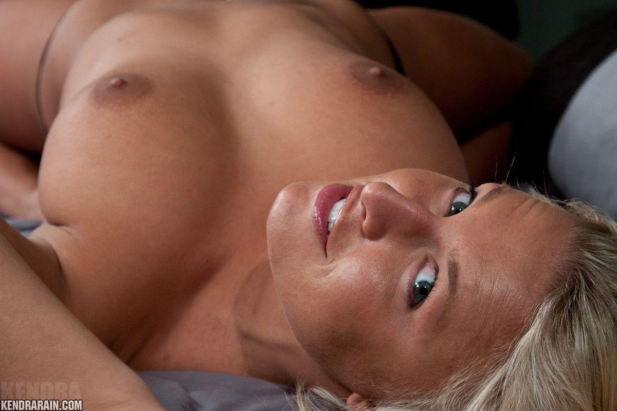 Возбужденная милашка в сексуальном белье Kendra Rain снимается и снимает лифчик