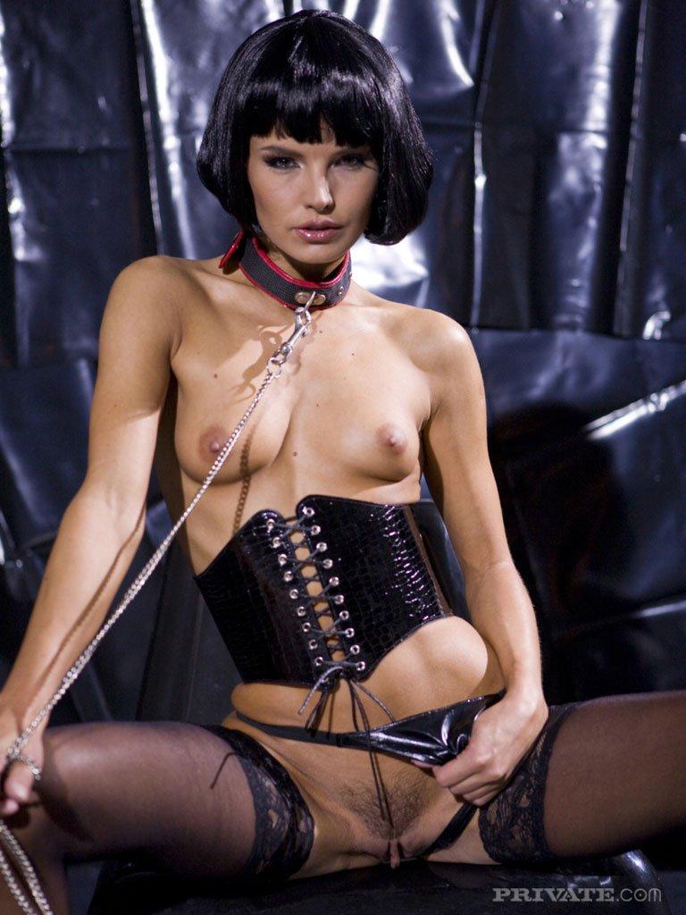 Плотная брюнетка Сьюзи Карина с крошечной грудью фотографируется в красивом белье и сапожках