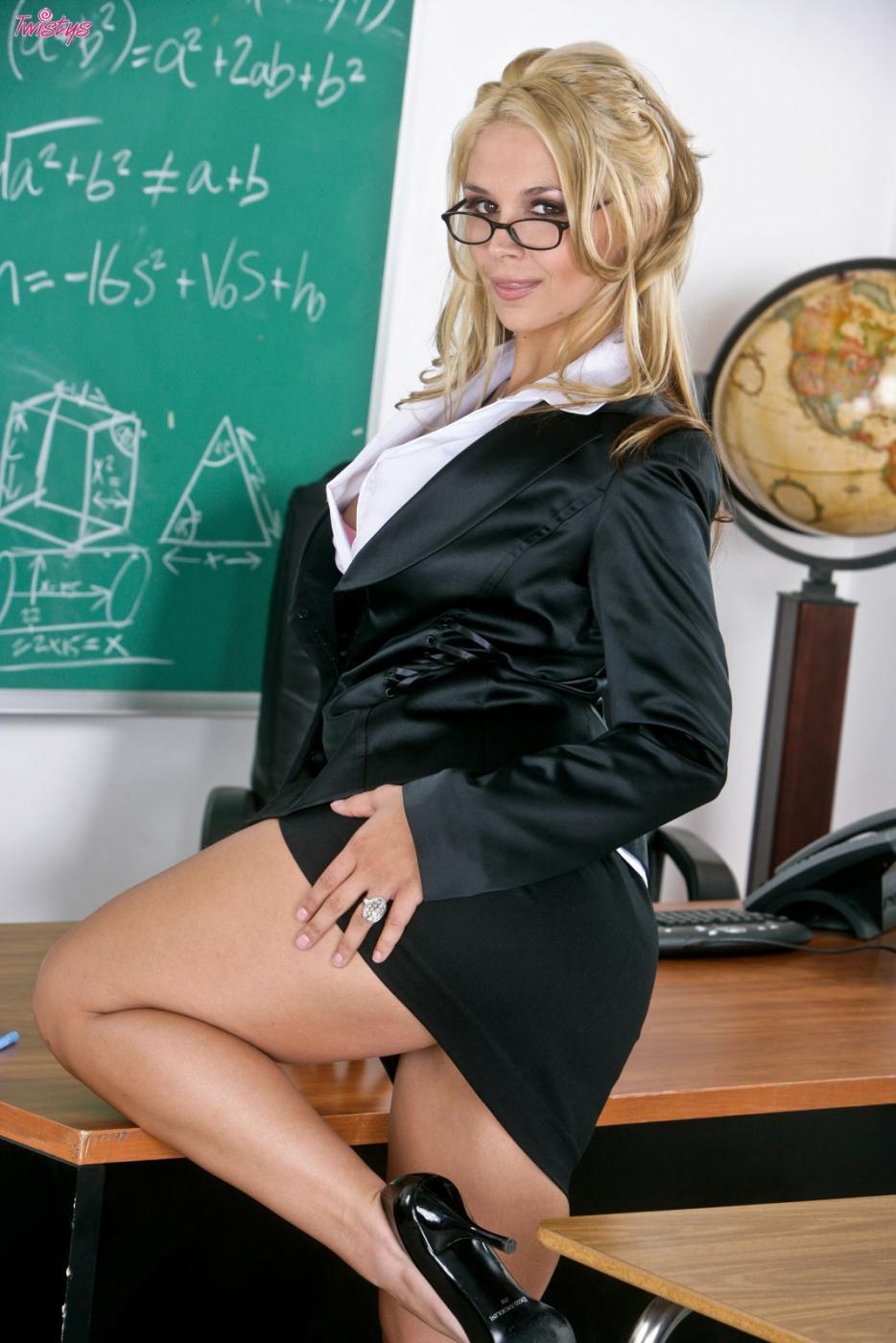 Большегрудая учительница Сара Ванделла в очках оголяется и мастурбирует свою зрелую письку