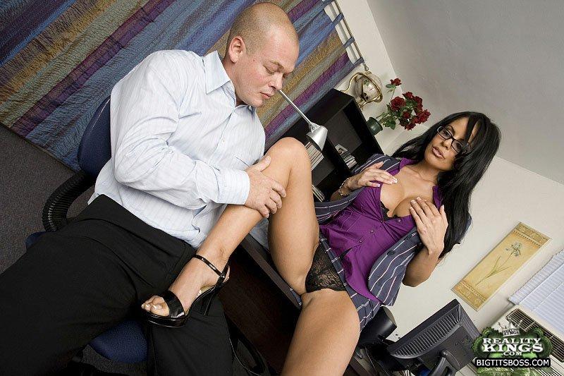 Кудрявая офисная работница Mikayla в очках показывает свой округлый анал и ебется раком