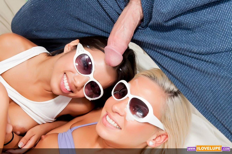 Привлекательная латина-подросток Lupe Fuentes и ее подружка-блондинка в очках берут в рот громадный член
