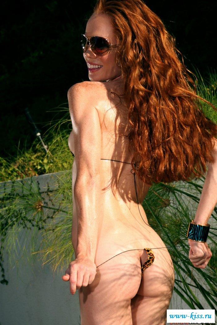 Голая деваха с волосами на влагалище
