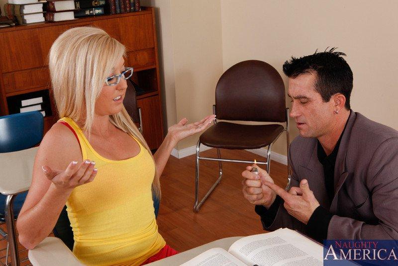Крутая блонди в очках Калли Кобра облизывает фаллос и лает пизду заполнить по самые яйца