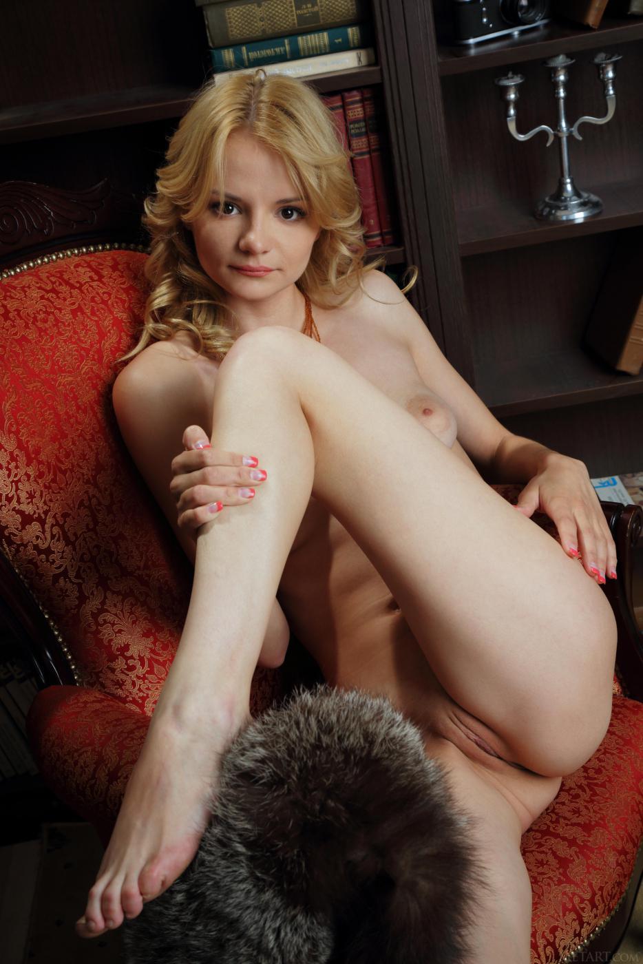 Сексапильная блондинка Edita Recna демонстрирует голенькую пилотку через черные колготки