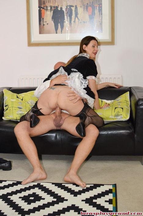 Красивая домработница в короткой униформе сильно нуждается в прочистке анальной дырочки с удовлетворением отдается на тахте