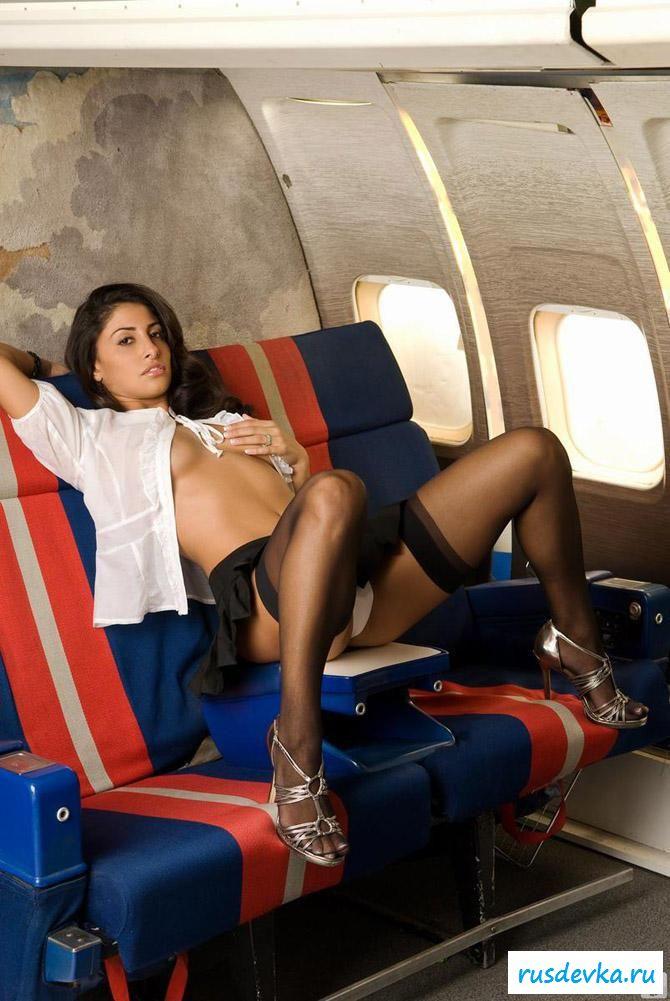 Раздетая стюардесса с милой писькой