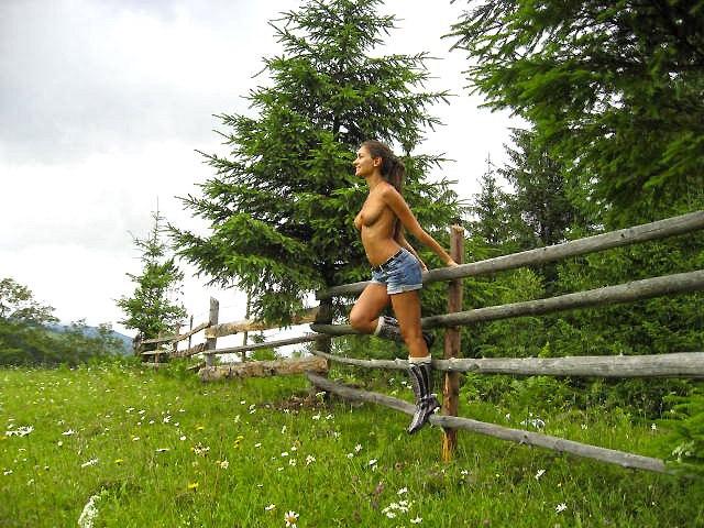 Спортивная натуристка гуляет голая по горам и лесам