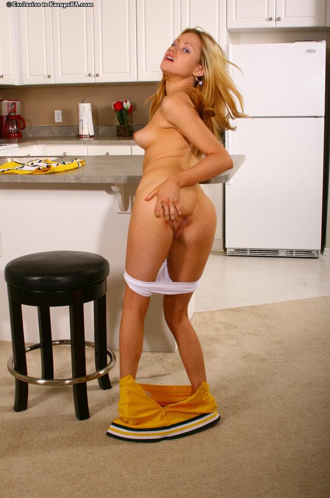 Весёлая похотливая сучка Sindee Jennings с чистой мандой снимает с себя свою жёлтую униформу и трусики