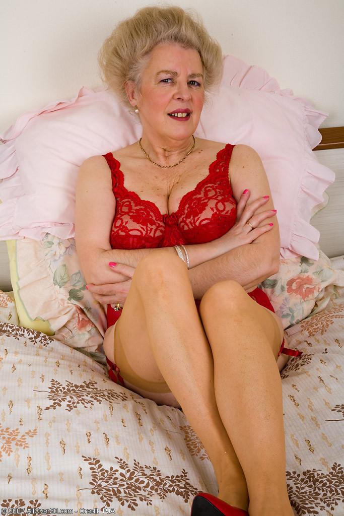 Ей далеко за 60, но она желает чтобы ее писька поласкали