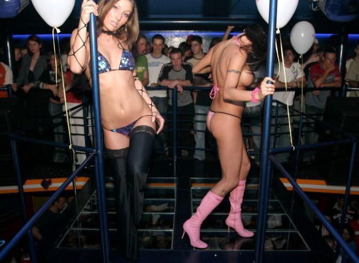 Студенточки обнажили бюсты на пенной вечеринке