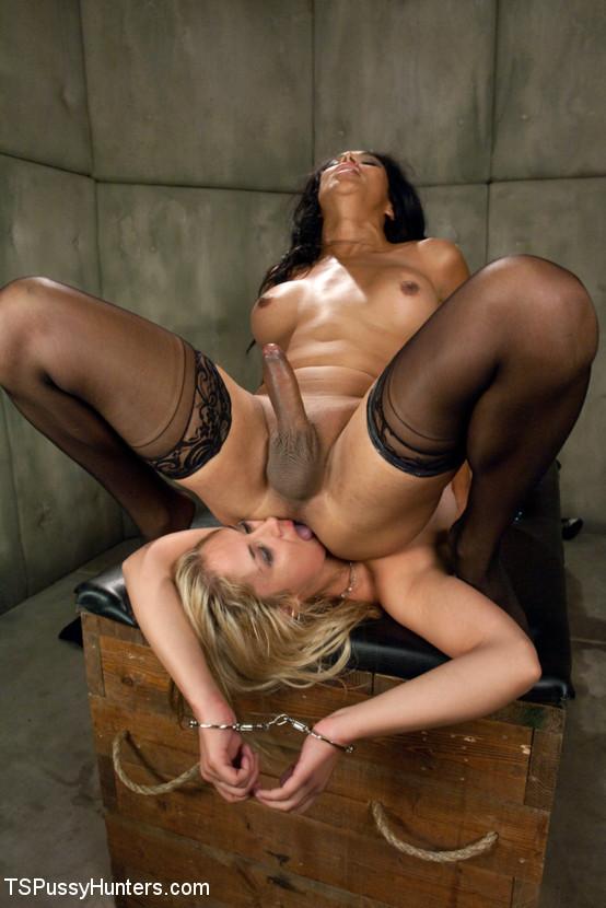 Черная баба у которой пенис заставила сожительницу делать ей отсос
