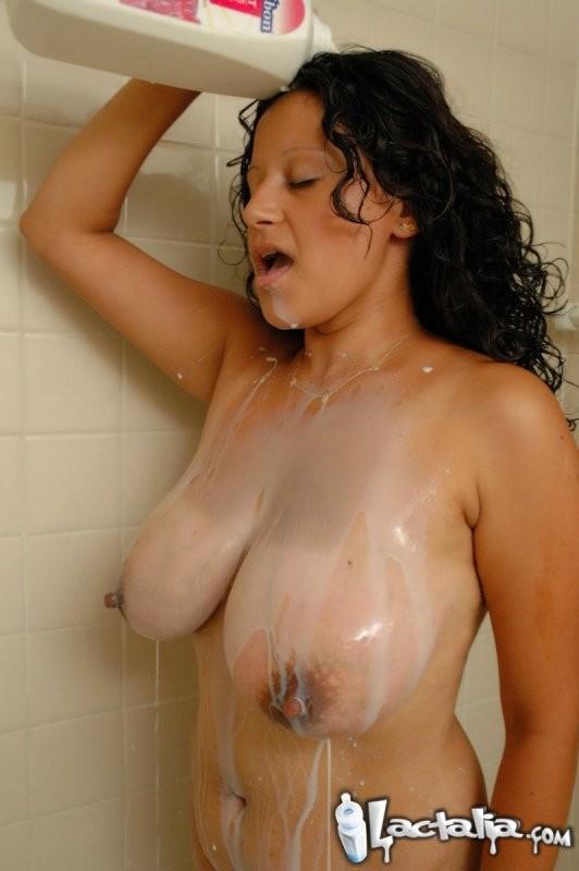 Голая грудастая латина в возрасте обливает себя молоком в ванне