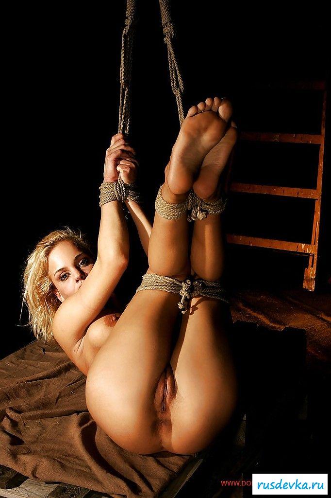 Возбуждающее соло от возбужденной девахи, обвязанной веревкой