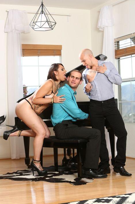 Культурная вечеринка бисексуалов без интима за роялем фото порно