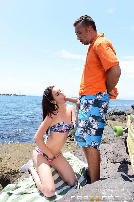 Сосед завафлил и трахнул плоскую девку на берегу моря