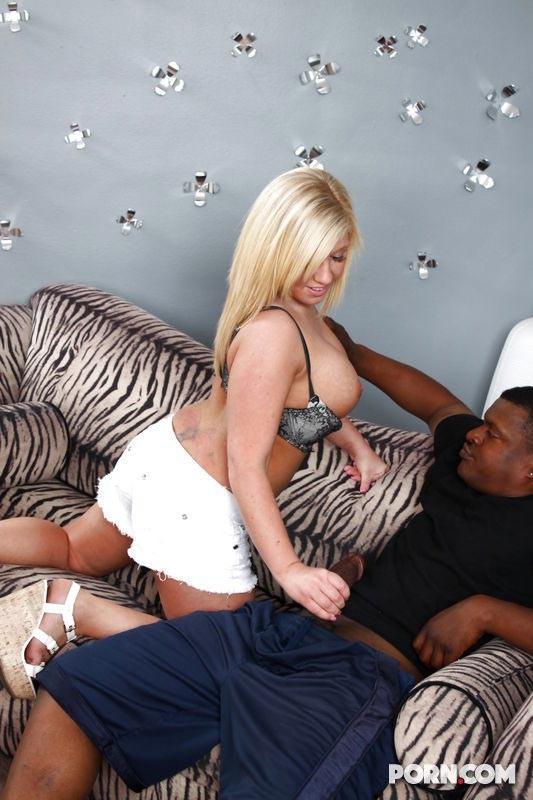 Африканец ебёт пышногрудую светлую модель, плохая жена хочет трахнуться с черным и не прогадала, у него просто длинный член