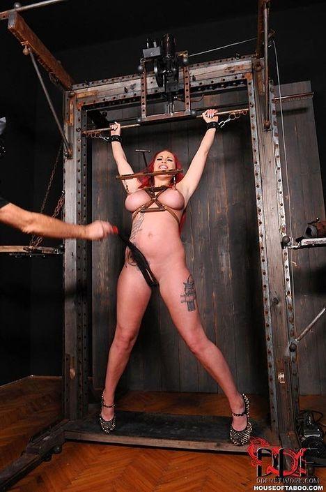 Рыженькая проститутка с шикарными буферами трахается в бдсм