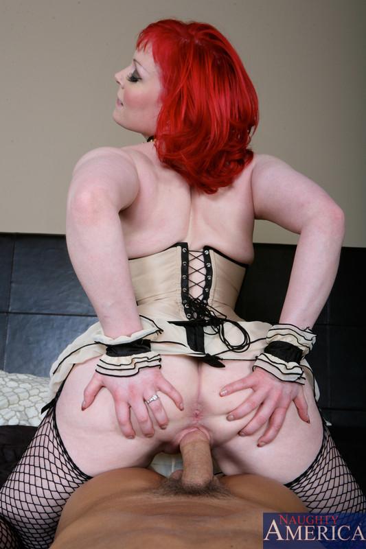 Рыженькая дамочка занимается сексом в свою лысую вагину