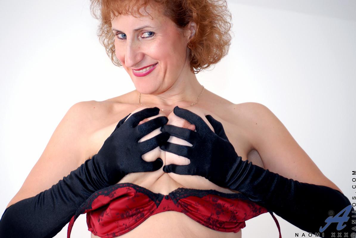 Сисястая рыженькая девка пытается сексуально фотографироваться