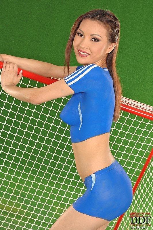 Тело Агнешки закрасили футбольной формой, а пилотку закрашивать не стали