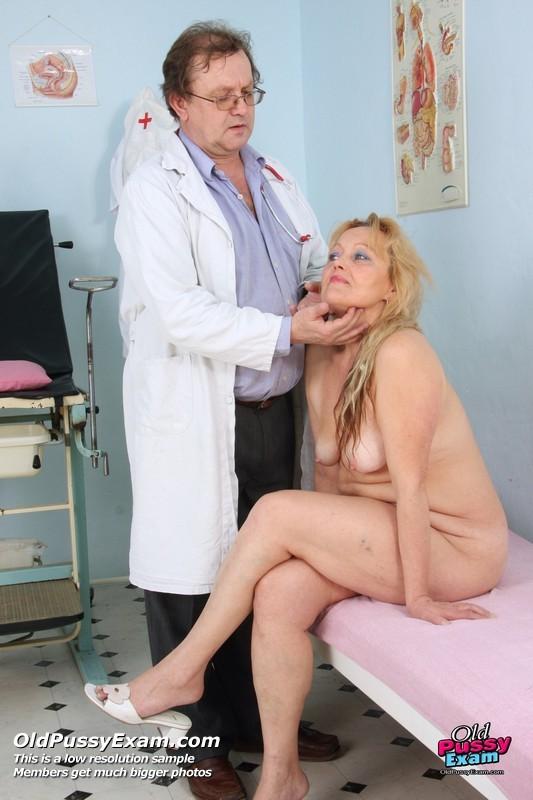 Особа женского пола с мохнатой киской приходит на прием к развратному гинекологу и растопыривает перед ним ножки