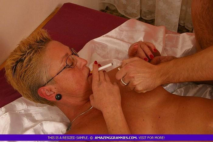 Взрослая курящая блондинка ебётся с новым ухажером, не затушив сигарету