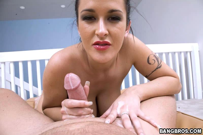 Дама с огромными сиськами демонстрирует свой опыт, надрачивая мужской фаллос пальчиками