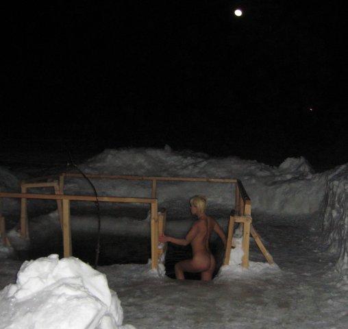 Мамы и возрастные лезут в воду зимой раздетые