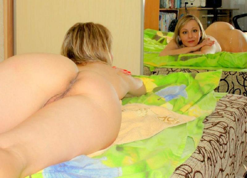 Взрослая стаскивает трусики в ванне